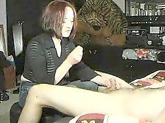 Classy redhead lady in musta paita esittää kivan käden
