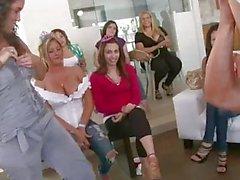 Dello stripper mangia fighe alla festa di di addio al nubilato