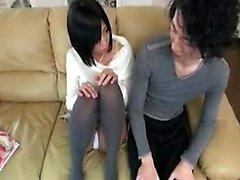 Dolce adolescente giapponese dai seni molto piccoli conosce il suo senso intorno ad un