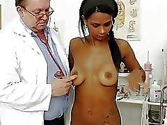 Raar gyno arts controleert hete latina kutje
