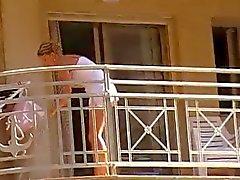 La femme terrasse nettoyage pas de culotte upskirt 1er