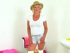 Milf británica Holly Kiss consolador folla su coño hambriento