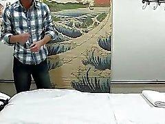 Hombre adquiere doble de placer al masajes y sexo