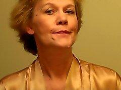 Old Lady bir çamaşır üzerinde koyar ve Make- Up GetirecekBÜKREŞ