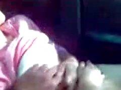 jeune fille baisée dans la voiture