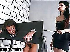 Lesbiennes BDSM avec des stocks en bois punition