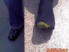 Öffentliche Füße, die mit homosexuellem Typ Doug zeigen