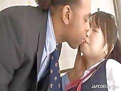 Aasian koulutyttö saa kusipää hierotaan