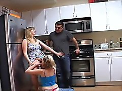 Dans la cuisine, nous voyons Addy et Tony parle avec le