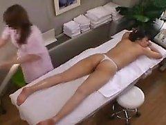 Schönes japanisches Mädchen liegt auf ihrem Bauch und genießt ein Grea