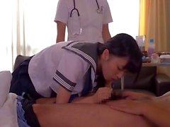 Aasian sairaanhoitaja opettaa koululaiselle miten hoivaa kiimainen potilas
