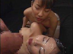 Sassy chicas lesbianas rociado en jugo schlong