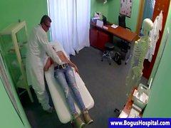 De Sham un doigté patient médecin blonds