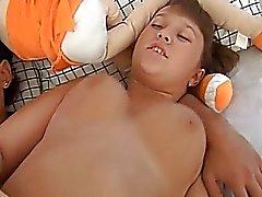 18anni chubby ottiene la figa Scopate duro su un divano