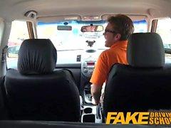 Fake Driving School Les apprenants sexy excités cachent secrètement dans la voiture des instructeurs