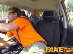 Fake Driving School Aprendices cachonda sexy secretamente follan en el coche de los instructores