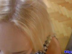 Blonde teen suceuse et de l'équitation vieil homme