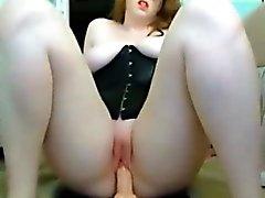 Tombul kızıl saçlı asosyal genç yapay penis sürmek