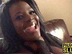 Chubby Ebony tyttö suuret tissit naimassa arviolta vuodesohvalla
