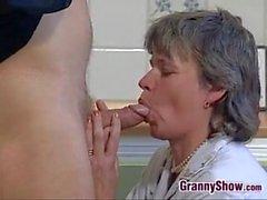 Grand-mère suce et baise dans la cuisine