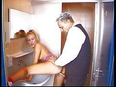 Deutsch Teenager am toilete gefickt zu werden