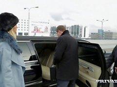 Ria Sunn obtient baisé dur dans le dos d'une limousine