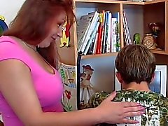 Mature Chubby la maman avec un jeune garçon