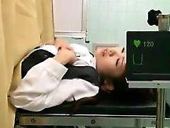 Kinky Arzt ergreift die Chance, seinen Schwanz in einem ti zu begraben