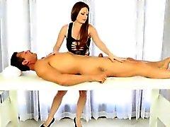 La masseuse Fou blowjobs Allison de Moore et les facialized