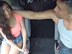 Оглушающий брюнетка подросток трахает на открытом воздухе
