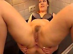 Chubby girl prend dans le cul sur le comptoir de la cuisine