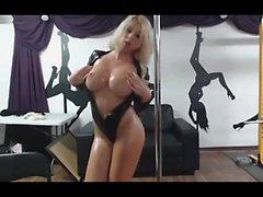 Storbystade blonde MILF feta striptease- i livecam utan