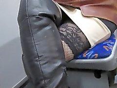 Muchacha en y caladas botas de cuero negro en bus