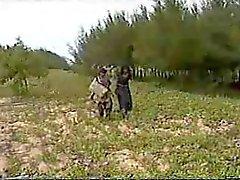 2 Verlegen Indiase hoeren Fucked buiten in een veld