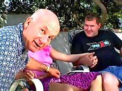 Blonde vrouw in de tuin met Dave Cummings & Fucker & hoorndrager