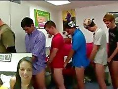 Unga raka killar i gay T uppsamlare och suger gay spel college inledande