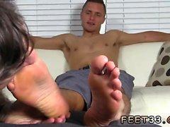 Mâle mâle étudiant sexe gay Tommy fait Adoration locataire ses pieds