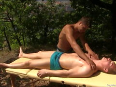 Sessione di massaggi gay in forma splendida all'aperto