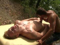 Muhteşem Fit Eşcinsel Erkek Masajı Oturumu Açık Havada
