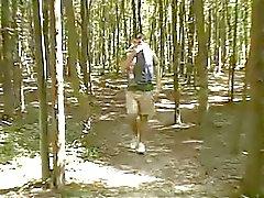 Chubby teen in het bos