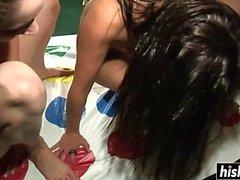 Sexiga tjejer gillar att spela twister naken
