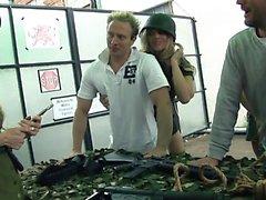 Удачливые парни получают ветром от некоторых горячих девочек армии