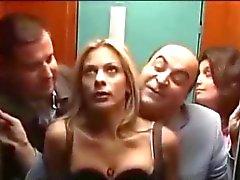 Di Le mete punteada una rubia tetona en el ascensor