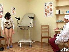 Заколдованная девочка решила посетить своего врача