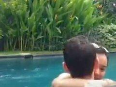 Baise indonésienne dans la piscine pendant la vie