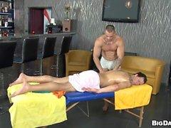Snygg ligger bultande hingstar Anala under frisk massage