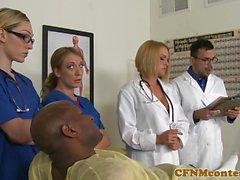 Uniformed Krankenschwestern dominieren Schwänze im Amt