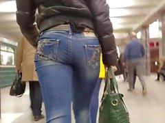 bella bionda con culo tondo in jeans