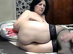 Naughty mature femme en bas noirs met son gros butin