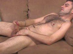 Perno peloso depone sul divano inizia a giocare con il suo palo duro